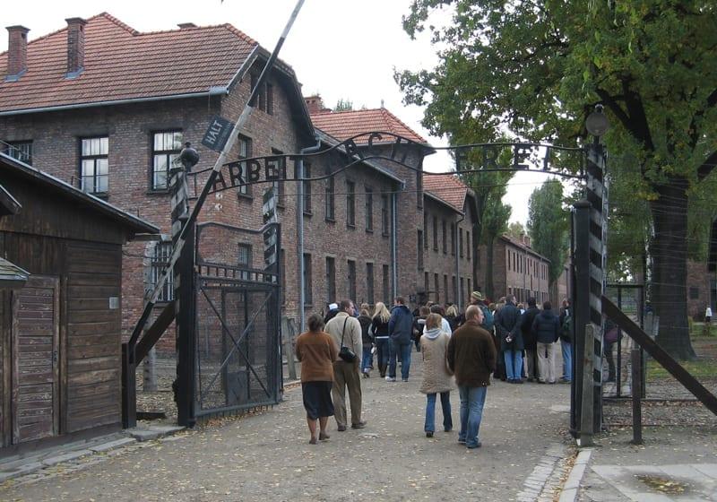 Auschwitz_over_indgangen_hænger_skiltet_med_den_kyniske_inskription_'Arbeit_macht_frei',_(arbejde_gør_dig_fri)