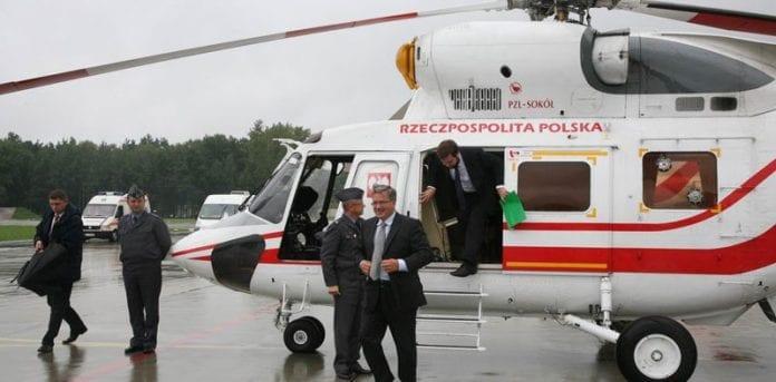 Bronislaw-Komorowski-ankommer-i-helikopter