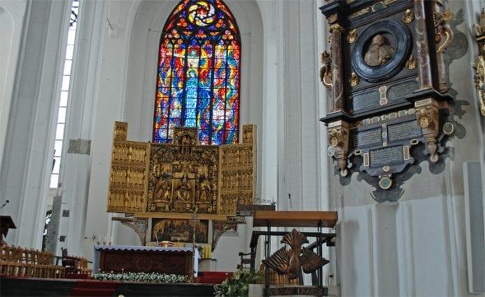 De_polske_katolikker_går_mindre_i_kirke_end_tidligere,_men_søgning_til_skriftestolen_er_stigende
