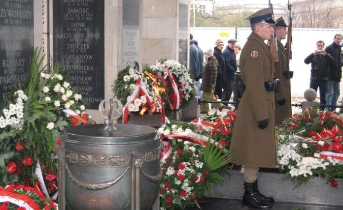 Der_blev_lagt_kranse_ved_Den_Ukendte_Soldats_Grav_i_Warszawa_i_anledning_af_10_aar_med_NATO