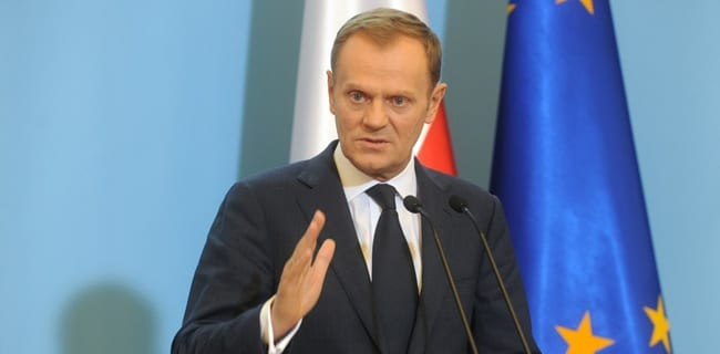 Donald_Tusk_giver_præsidenten_en_liste_over_minister_Polen_polennu