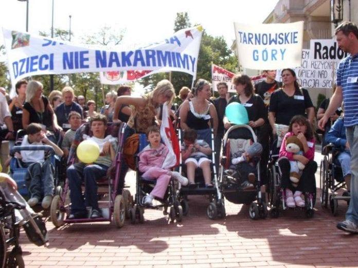 Familier_med_handicappede_børn_protesterer_i_Polen