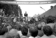 GDANSK_-_Lech_Walesa_taler_til_de_strejkende__på_skibsvæftet_i_Gdansk_under_strejkerne_i_august_1980