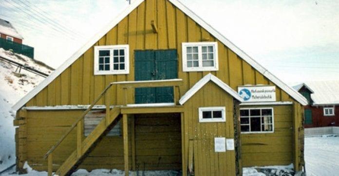Huse_i_grønland_blev_bygget_af_polsk_tømmer