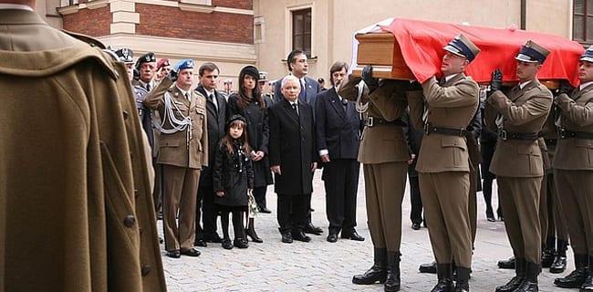 Jaroslaw_Kaczinsky_til_broderens_begravelse