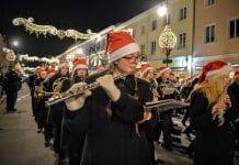 Jule_parade_i_Warszawa_i_Polen_med_juletræstænding