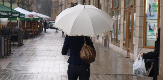 Kvinde_med_paraply_i_Polen