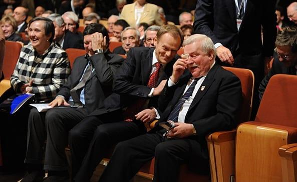 Lech_Walesa_kniber_en_tåre_ved_hans_25_års_Nobels_jubilæumsfest