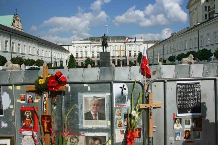 Mindekorset_for_Smolensk_er_fjernet_fra_pladsen_foran_paladset