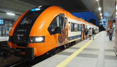 Nyt_tog_fra_lufthavn_til_centrum_af_Krakow_i_Polen_polennu