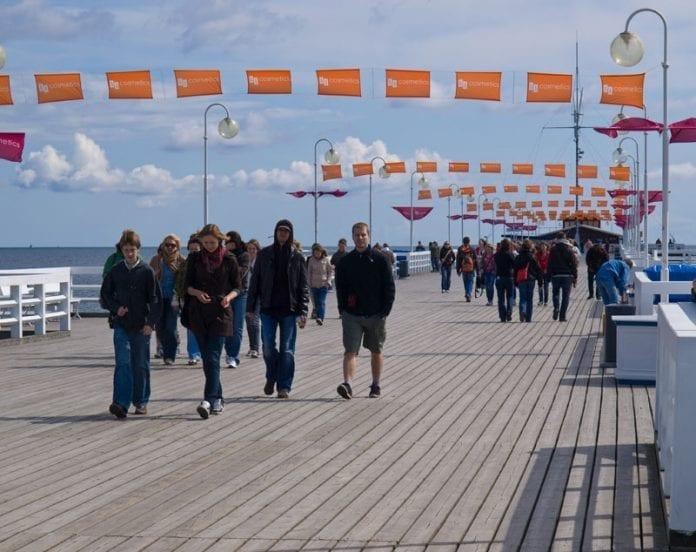Polen-Sopot-strand-Europas-længste-træmole-turister-foto-Martin-Bager