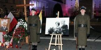 Polens_forsvarsministerium_sender_soldater_fra_æresgarden_til_månedlig_mindehøjtidelighed_for_Lech_Kaczynski_og_Smolensk_katastrofen