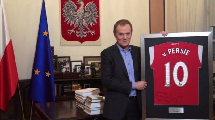 Polens_statsminister_Donald_Tusk_donerer_fodbold_trøje_til_velgørenhed