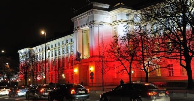 Polens_statsministerium_blver_lyst_op_i_landets_farver
