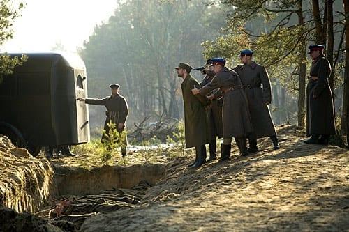 Polsk_officer_på_vej_til_massegrav_i_Katyn-skovene_en_scene_fra_Wajdas_prisbelønnede_film_Katyn