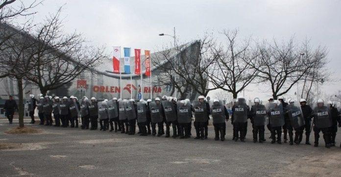 Polsk_politi_hjælper_i_Lviv
