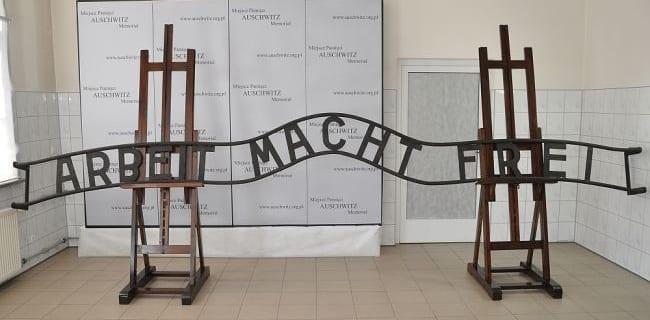 Restaureret_Auschwitz_skilt