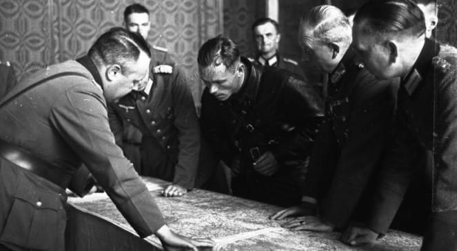 Russiske_og_tyske_militære_leder_deler_Polen_polennu