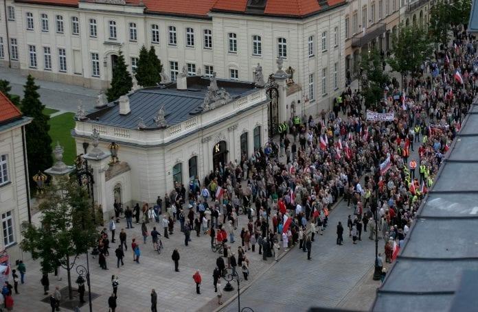 Smolensk_demonstration_præsident_palads_polen_maja_g