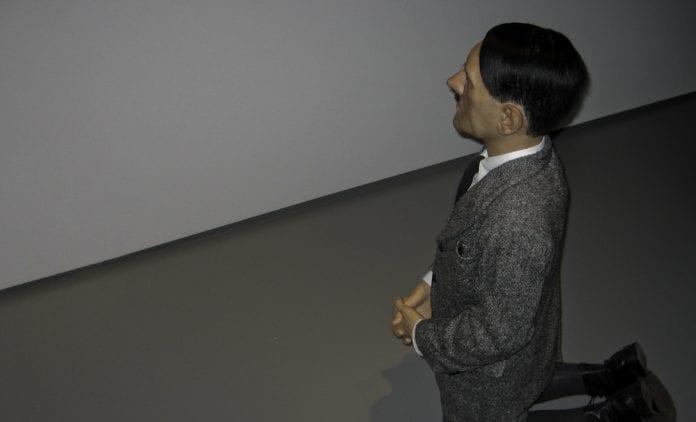 Statue_af_Hitler_i_jødisk_ghetto_Warszawa_Polen