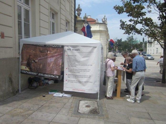 Underskriftindsamling_foran_præsidentpaladset_Polen_polennu