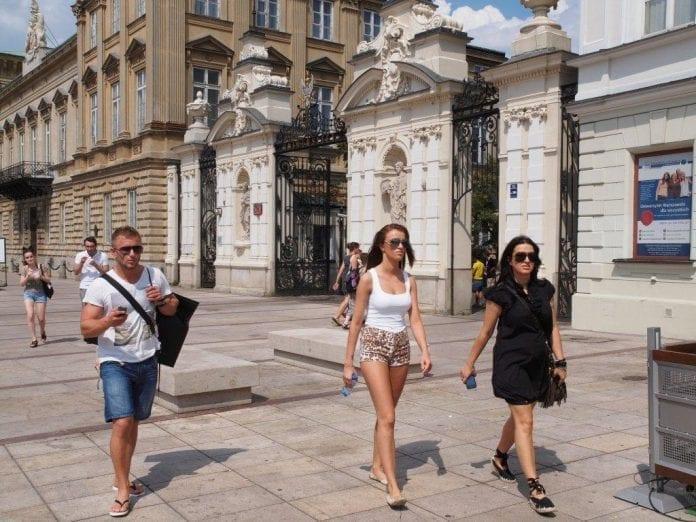 Unge_foran_Warszawa_Universitet_Martin_Bager_Polen_polennu