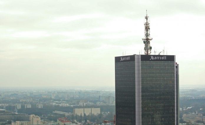 polak_klatrede_op_ad_marriot_hotel_i_Warszawa
