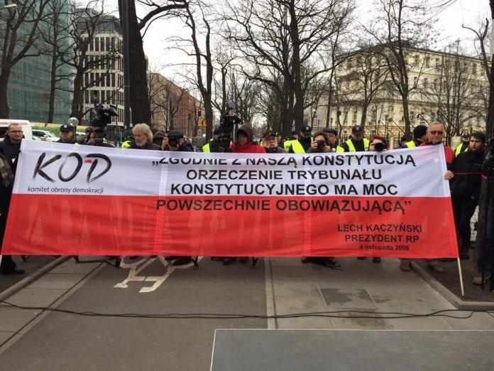 KOD demonstrerer foran Højesteret under afsigelsen af afgørelsen om ny lov i Polen