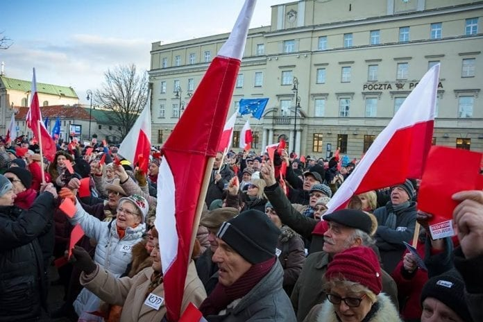 polakker_demonstrerer_imod_medielog_i_polen