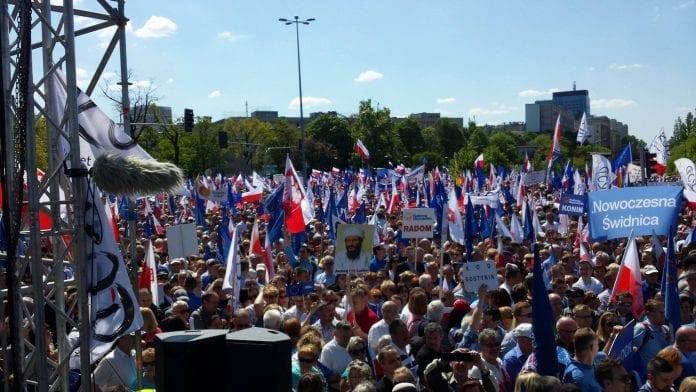 uenighed_om_antal_ved_demonstration_imod_regeringen_i_warszawa_i_polen