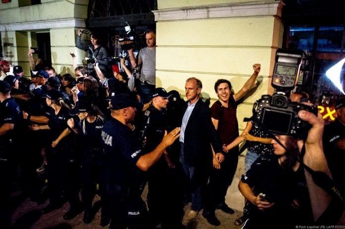 bogdan_klich_mellem_demonstrant_og_politi