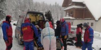 Hallvnøgen kvinde hentet fra ned fra bjerg