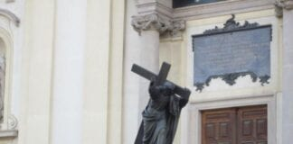 lukke kirkerne i påsken