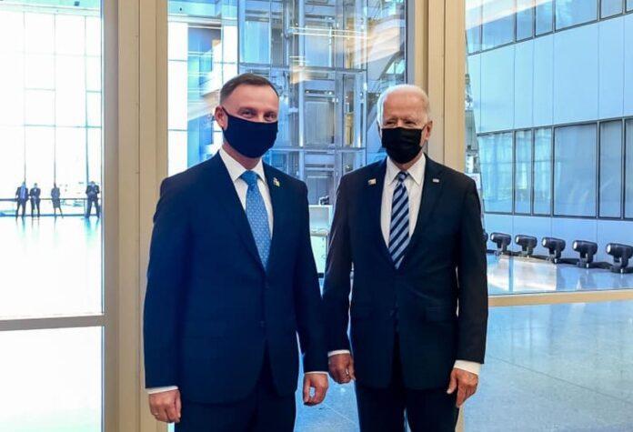 USA advarer Polens regering